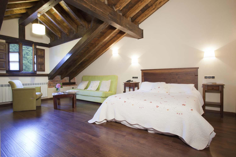 Habitación triple nº 23, cama doble y supletoria. Habitación triple nº 24, cama doble y supletoria. Hotel Rural El Fundil
