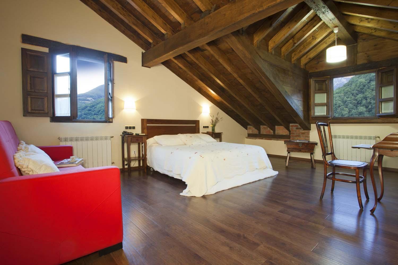 Habitación superior nº 24, cama doble y supletoria doble. Hotel Rural El Fundil.