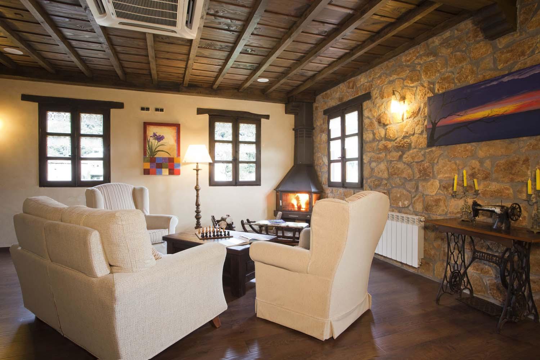 Salón con chimenea Hotel Rural de Montaña El Fundil
